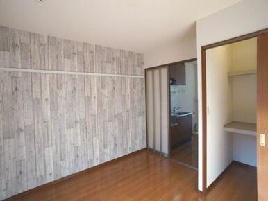 【洋室】南向きのお部屋です♪収納はウォークインクローゼットがあります☆キッチンとの仕切り扉は霞み入り