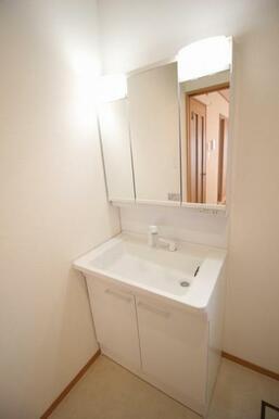 洗面室に窓を設置し、明るく開放的な空間に仕上げました