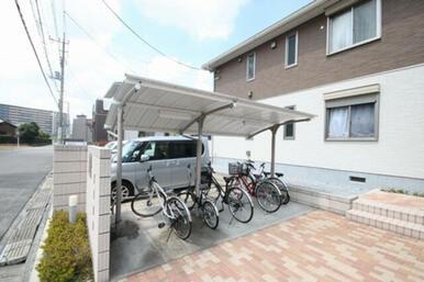 敷地内屋根付き駐輪場があるので、雨の日も安心ですね☆