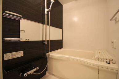 【浴室】アクセントパネルがお洒落な空間を演出します♪ 『浴室乾燥機』付きです☆
