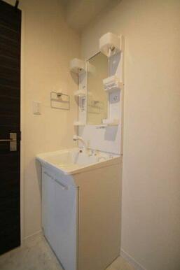 【脱衣所】朝の身支度に便利な独立洗面台付き♪ シャワーヘッドは伸縮しますのでお手入れも簡単です♪