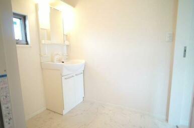 ☆室内洗濯機置き場&独立洗面化粧台☆ 上段は棚になっており、サニタリーグッズを置くことができます♪