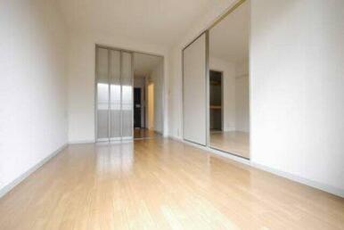 生活の中心スペースです。ダイニングセットやソファーを置くスペースがあるので、くつろぐ空間としてご利用