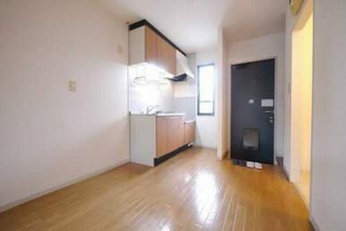 キッチンスペースが広く食器棚等を置くことが出来るので、あなた好みの空間にしてください♪