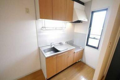 上下に収納スペースがあるセパレートキッチンです。整理整頓でき、料理もはかどりますね☆