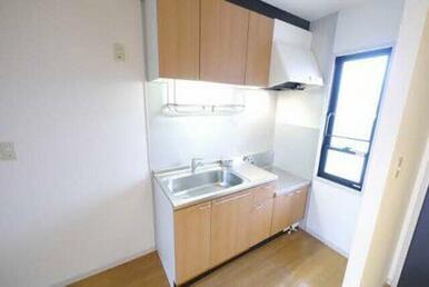 キッチンは壁付になっております。小窓からの陽射しがあり、明るく素敵なキッチンです。