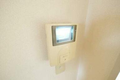 TVモニター付インターホンがあります。来客者の顔が見れるので安心ですね。
