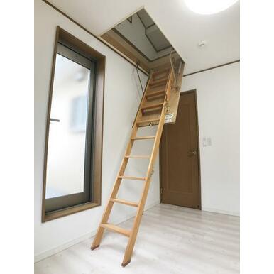 「2階南側洋室」小屋裏収納もございます。