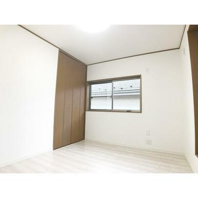「2階南側洋室」フロアタイル上張り、クロス張替え済みです。