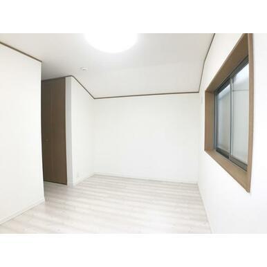 「2階東側洋室」フロアタイル上張り、クロス張替え済みです。