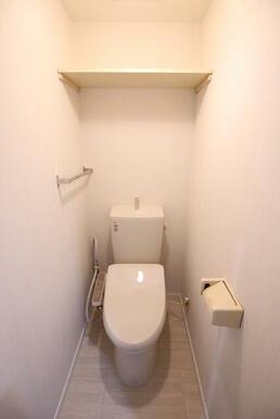 ストックに便利な棚、あると嬉しい温水洗浄機能付き暖房便座♪