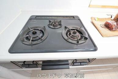 コンロは調理器具を選ばない3つ口コンロ!朝の忙しい時間でも、3品同時調理可能で時短に♪
