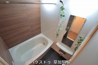 落ち着いた雰囲気の浴室で毎日の疲れをリフレッシュ♪浴室乾燥機も付いているので、天候にかかわらずお洗…