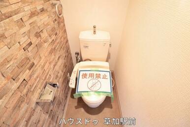 シャワー付きトイレです!壁はオシャレなウッドタイルに(*^^*)♪