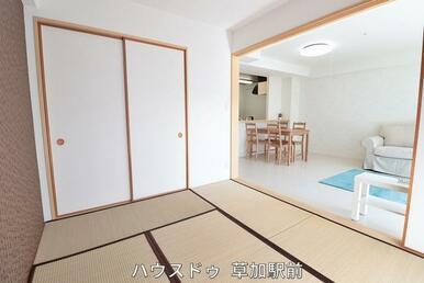リビングの横は和室になっております!すぐ横になれる和室は、家族の寛ぎスペースや、客間としても使用可…