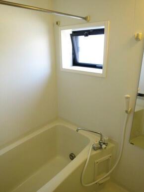 ★浴室に窓があって換気もばっちり★