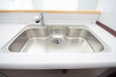 カートリッジ式の浄水器付きで、簡単に綺麗なお水が飲めます