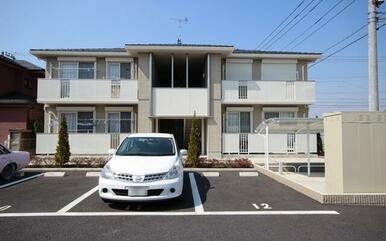 全室東南向きの角部屋2LDKです☆敷地内駐車場世帯数分ございます☆