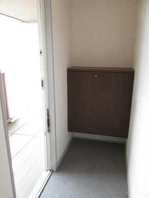 玄関横には下駄箱付
