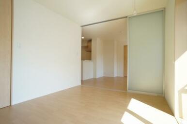 洋室からの撮影。LDKと洋室の仕切りを開放するとお部屋もより広く見えます。