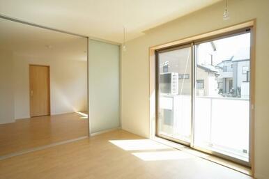 【洋室】大きな窓からは日差しがたくさん入って明るいお部屋です。