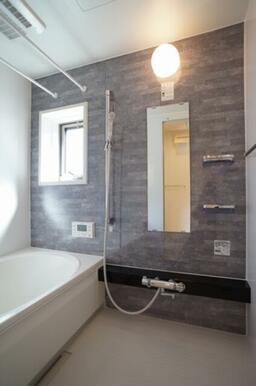 浴室乾燥機付きで雨の日も安心! 追い焚きがあるので家族の帰り時間が違っても大丈夫です!