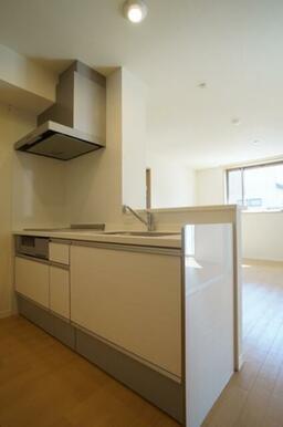 人気の対面キッチンは料理をしながらTVや会話を楽しみながらお料理が出来ます。
