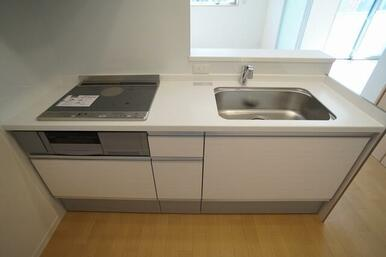 IHクッキングヒーター&グリル付きのシステムキッチン。作業台は人工大理石仕様。