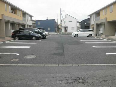 駐車場は1台3300円です。
