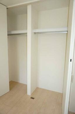 【洋室】こちらの収納はハンガーが掛けられるパイプ付きです☆スペースを有効に使用して頂けます!