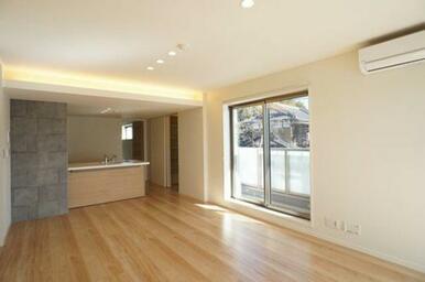 【LDK】キッチンと対面式の繋がりが良いリビングです!広々とした空間でお部屋作りも幅広く楽しめそうで