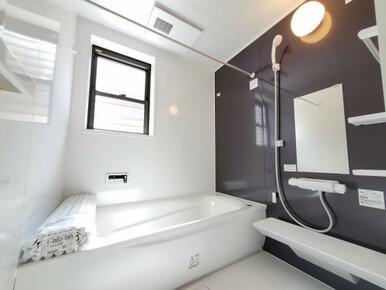 浴室 お子さまとのお風呂も安心のエコベンチ付きの浴槽など充実設備。