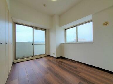 2面窓の洋室