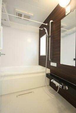 ◆浴室◆浴室乾燥機+シャワースライドバー+小窓付き♪