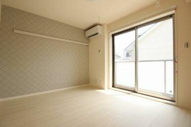 ◆洋室(6.9帖)◆うれしいエアコン付き!窓側にある室内物干しかけは雨や花粉が気になる季節に重宝しま