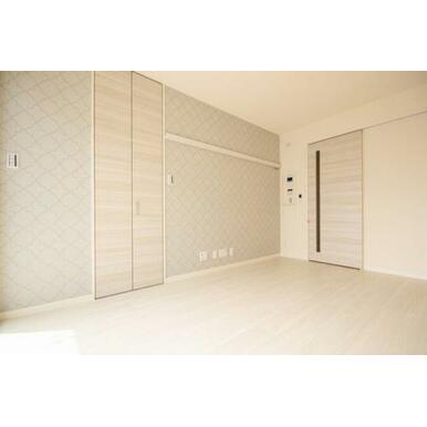 ◆洋室(6.8帖)◆アクセントクロスがオシャレな雰囲気です♪化粧幕板がありますので、お洋服や飾りかけ