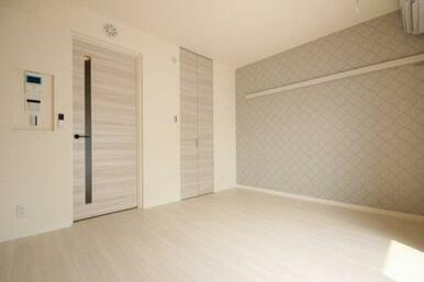 ◆洋室(6.9帖)◆アクセントクロスがオシャレな雰囲気です♪化粧幕板がありますので、お洋服や飾りかけ