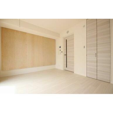◆洋室(6.9帖)◆写真右側の扉にはウォークインクローゼットがございます!