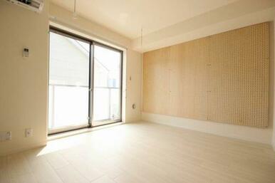 ◆洋室(6.9帖)◆有孔ボードが付いており、フックなどを用いてインテリアを飾ることもできます!吸音効