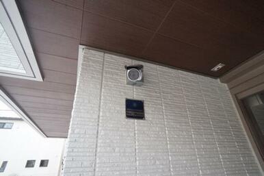 オートロック玄関には防犯カメラが設置されています。