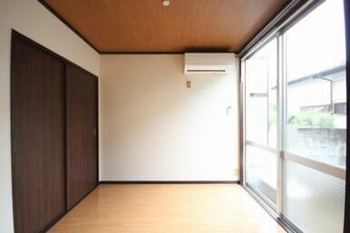 小さなお部屋ですが隣の洋室と続きで使える為、それ程窮屈ではありません。