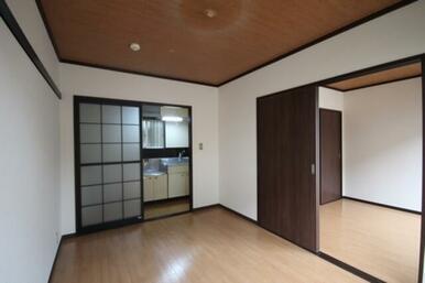 5.4帖の洋室。キッチン及び隣の洋室とは引戸で仕切られています。床は明るいクッションフロア仕上げ。