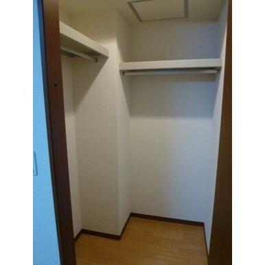 お部屋を広く使えるゆとりのウォークインクローゼット付き。