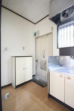 玄関前が洗濯機置場になります。可愛い下駄箱も付いています。