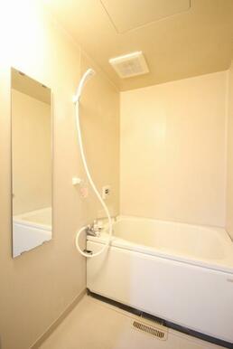 大きな鏡が嬉しい浴室スペース。