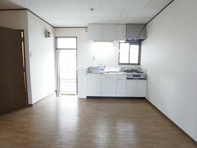 上下に収納スペースがありとっても便利☆※別のお部屋の写真です