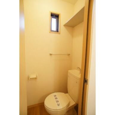 トイレにも便利な棚付き!