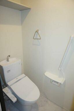 【トイレ】多機能便座付のトイレです!冬は暖かく利用できますね☆上部には棚もございます☆