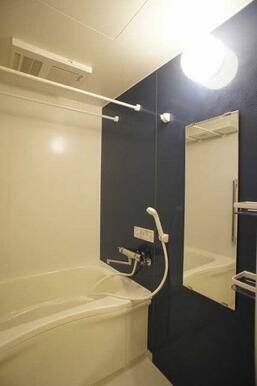 【浴室】鏡やシャンプー台のある浴室です♪