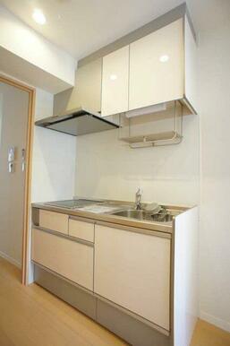 【キッチン】収納棚が上下に分かれたキッチンです☆ 収納量がうれしいですね♪ 小物が置けるラックもござ